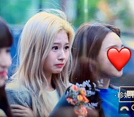 Sana bật khóc trên đường đến Music Bank.