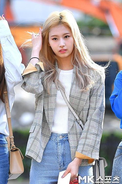 Khi Twice xếp hàngtạo dáng chụp hình trước phóng viên, Sana lấy lại bình tĩnh nhưng nét mặt vẫn lộ vẻ buồn bã.