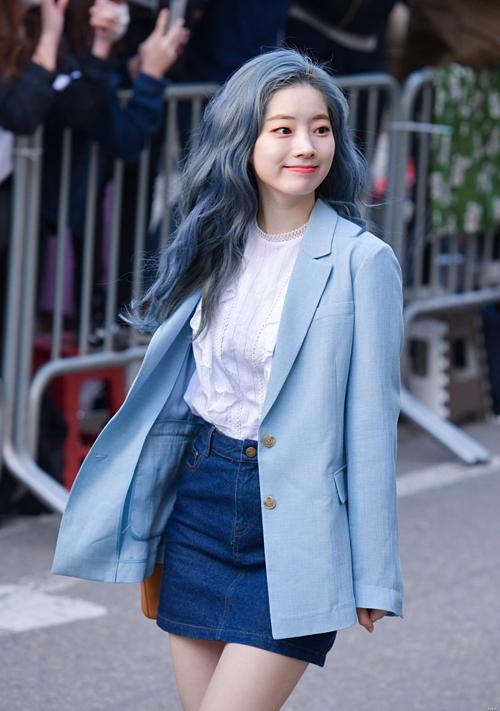Da Hyun nổi bật với màu tóc xanh xám cá tính.
