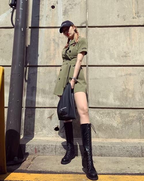 Hyun Ah khoe street style cá tính với boots cao, tạo dáng ăn gian chiều cao.