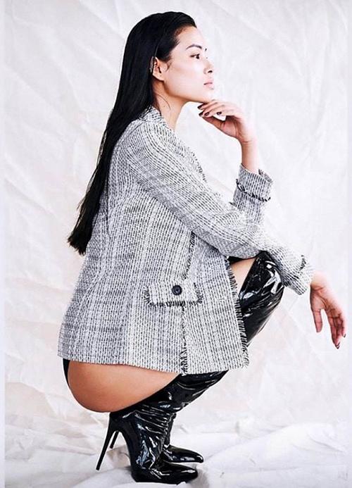 Trong một photoshoot mới thực hiện, Phạm Hương ăn mặc, tạo dáng táo bạo. Hoa hậu diện blazer nhưng phía dưới không mặc quần dài, chỉ mặc nội y. Cách ngồicủa Phạm Hương cũng nhằm mục đích khoe vòng ba gợi cảm. Tuy nhiên tư thế pose này gây nên không ít tranh cãi, thậm chí còn bị nhiều người chê là phản cảm.