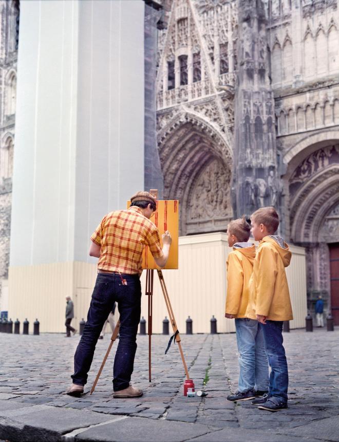 <p> Ở mỗi địa điểm, anh mặc một chiếc áo họa tiết khác nhau. Trong hình, họa sĩ vẽ tại Nhà thờ Rouen ở Normandy, Pháp.</p>