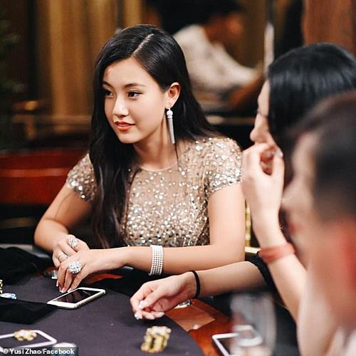 Zhao là tiểu thư nhà giàu, sở hữu vẻ ngoài xinh đẹp.