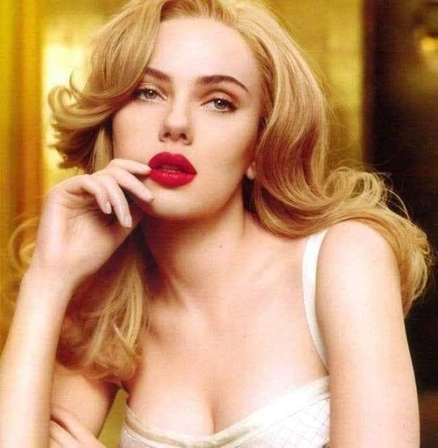 """<p> Khác với vẻ ngoài """"u ám"""" trên phim, ngoài đời """"Góa phụ đen"""" đích thị là một mỹ nhân. Mới đây, người hâm mộ truyền tay nhau bộ ảnh thời thanh xuân của Scarlett Johanssonc. Sự quyến rũ cùng nét đẹp cổ điển của nữ diễn viên người Mỹ khiến fan """"rụng rời"""".</p>"""