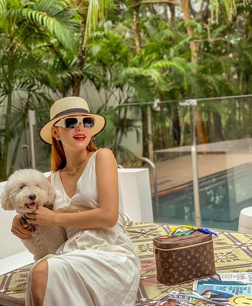 Minh Hằng đi du lịch cũng phải đưa cún cưng đi cùng.