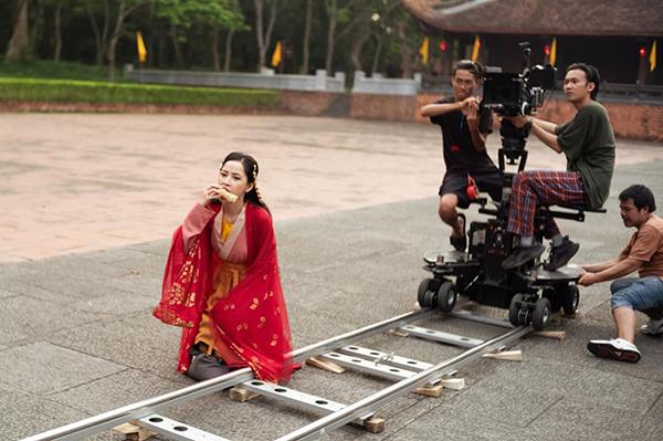 Chi Pu tiết lộ hậu trường hài hước khi quay MV mới. Trong lúc ê kíp set máy, cô nàng tranh thủ... gặm ngô.