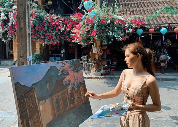 Phanh Lee tiết lộ mất 5 tiếng để hoàn thành bức vẽ phố Hội.