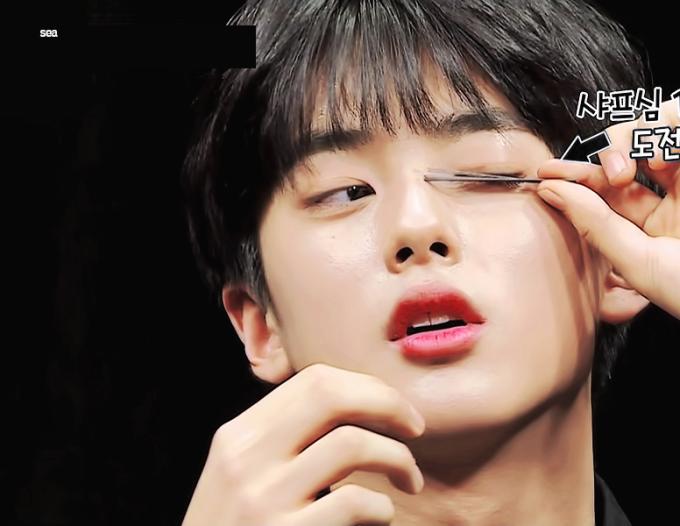 <p> Lông mi của Min Gyu dài đến mức đỡ được hai thanh ruột bút chì. Cặp lông mi vừa dài, vừa cong của nam thực sinh khiến fan nữ cũng phải ghen tỵ.</p>