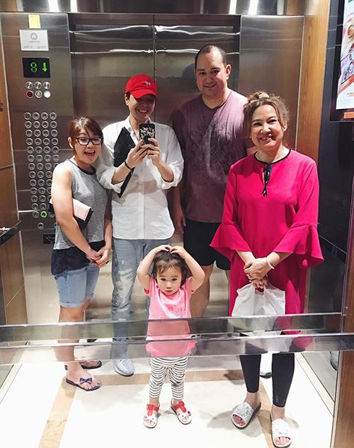 Trịnh Thăng Bình đưa đại gia đình đi chơi.