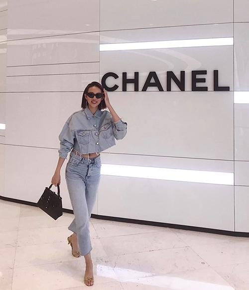 Phí Phương Anh đi mua sắm hăng say trong chuyến sang Hàn Quốc.