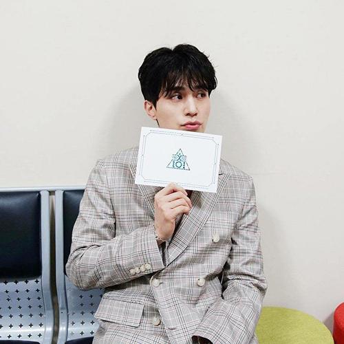 MC của Produce X101 Lee Dong Wook khiến khán giả khó rời mắt. Nam diễn viên chụp ảnh chu môi cute hết cỡ trong hậu trường.