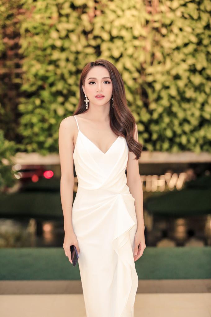 <p> Hoa hậu Hương Giang diện trang phục đầm dây gợi cảm.</p>