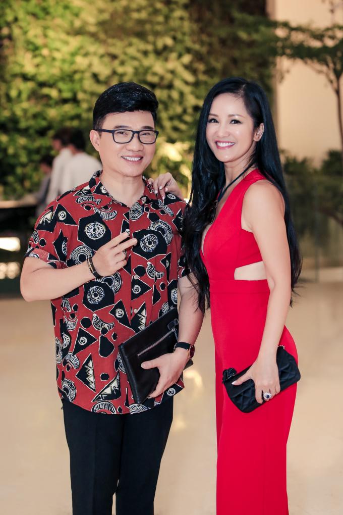 <p> Ca sĩ Hồng Nhung - Quang Linh chúc mừng Đàm Vĩnh Hưng làm ông chủ.</p>