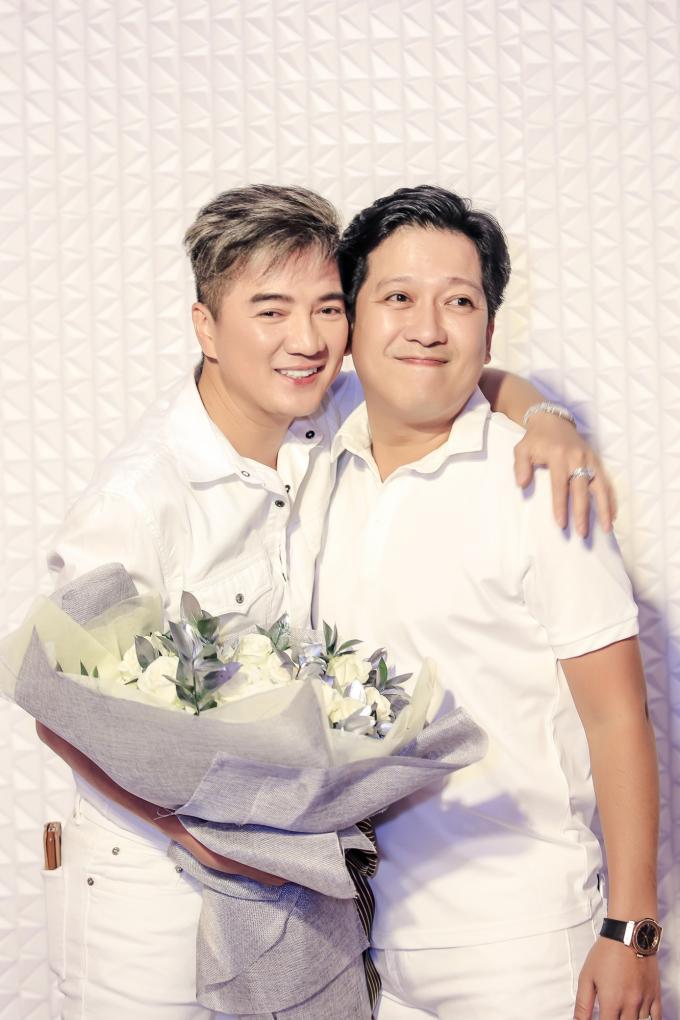 <p> Diễn viên - MC Trường Giang pose hình với chủ nhân bữa tiệc.</p>