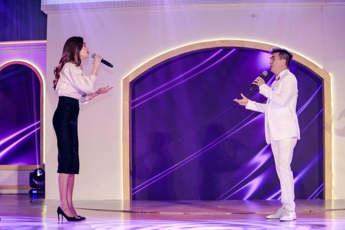 <p> Hồ Ngọc Hà là đồng nghiệp thân lâu năm với Đàm Vĩnh Hưng. Tại sự kiện, cô song ca cùng người anh qua một tình khúc nồng nàn.</p>