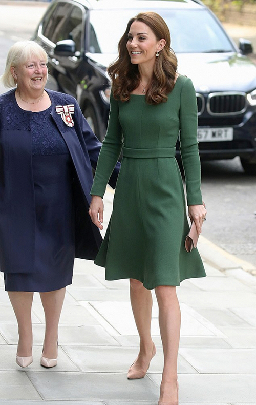 Trong một sự kiện gần đây, Kate Middleton xuất hiện trong diện mạo thanh lịch với váy xanh cổ vịt - tông màu mà cô yêu thích nhất. Nữ Công tước xứ Cambridge