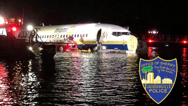 Một chiếc máy bay đã lao xuống một con sông ở Jacksonville. Ảnh: Cảnh sát Jacksonville