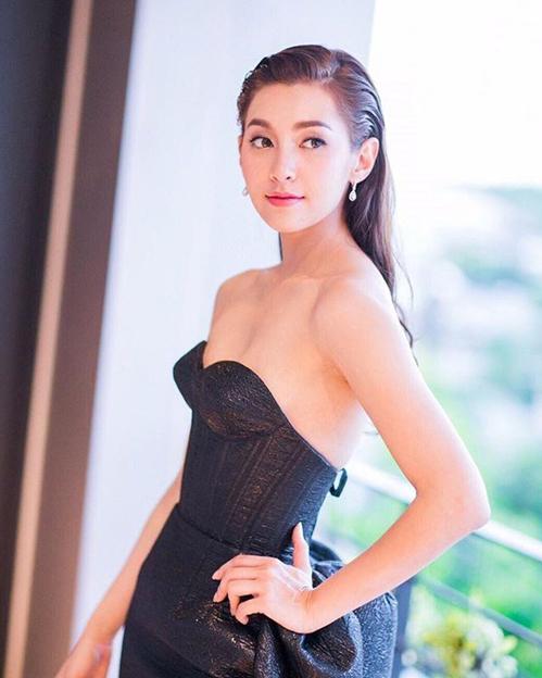 Bella có vẻ đẹp dịu dàng và thanh khiết, giống như những nhân vật cô thường đảm nhiệm trong phim. Mỹ nhân sinh năm 1989 có lượng người hâm mộ đông đảo, thuộc top những ngôi sao nổi tiếng nhất Thái Lan với 5,7 triệu người theo dõi trên mạng xã hội.