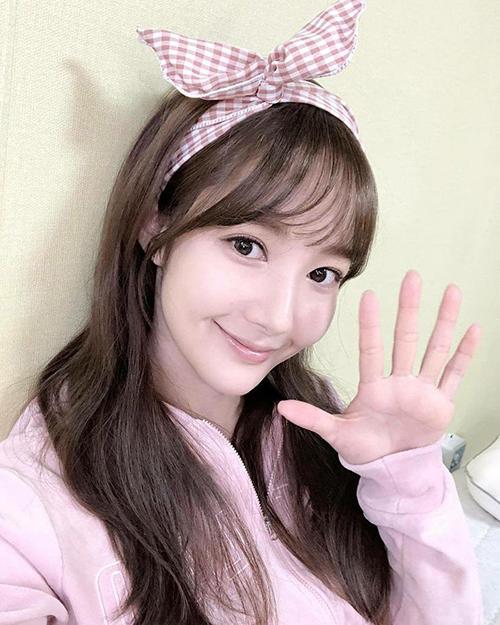 Park Min Young chứng tỏ nhan sắc trẻ trung bất chấp tuổi tác nhờkiểu tóc mái bằng, băng đô cute hết cỡ.