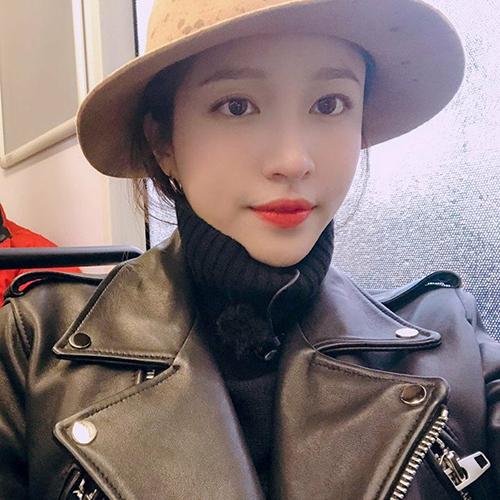 Dù thời tiết đang giữa mùa hè nhưng Hani vẫn mặc áo len cao cổ kín mít.