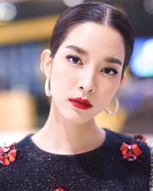 Monchanok Saengchaipiangpen sinh năm 1991, được nhiều khán giả biết đến với các vai diễn trong Hai số phận, Dòng đời nghiệt ngã, Ảo mộng, Phép thử tình yêu... Cô sở hữu vẻ đẹp hiện đại và đầy cá tính.