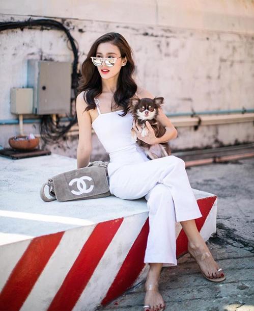 Với gu thẩm mỹ ấn tượng, người đẹp có sức ảnh hưởng trong giới thời trang Thái Lan, thường xuyên góp mặt trong các fashion show hàng đầu, tần suất xuất hiện quảng cáo dày đặc.