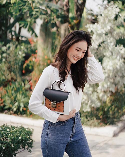 Trên Instagram hơn 800 nghìn người theo dõi, Bua rất chăm chỉ cập nhật hình ảnh cuộc sống cá nhân, khoe phong cách thời trang đơn giản, năng động nhưng không kém phần nổi bật.