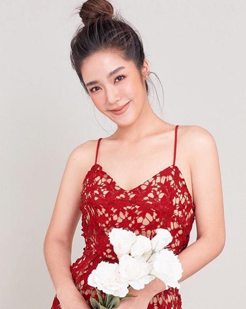 Không giống như các cô gái còn lại trong hội, Praew không tham gia con đường diễn xuất. Cô là một chuyên gia trang điểm có tiếng ở Thái Lan, sở hữu một kênh làm đẹp riêng.