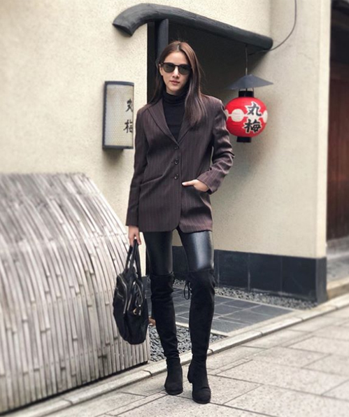 Lối ăn vận của cô nàng lấy nhiều cảm hứng từ các cô gái Âu Mỹ, đồng thời giúp người đẹp 23 tuổi tôn lên thân hình như người mẫu.