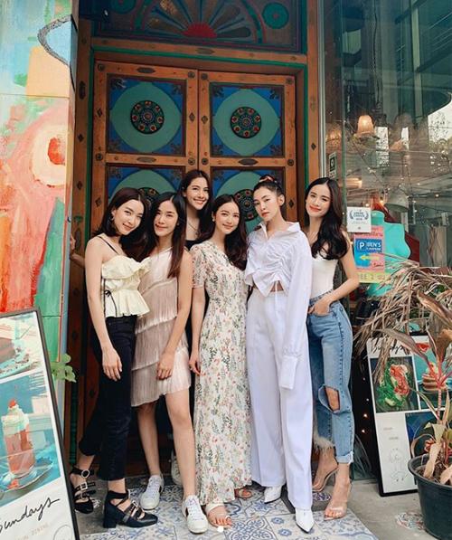 Showbiz Thái Lan có nhiều hội bạn thân đình đám, trong đó nhóm bạn của Bella Campen được nhiều người biết đến hơn cả. 6 cô nàng gồm Bella, Monchanok, Padpudd, Bua, Preem và Praew.