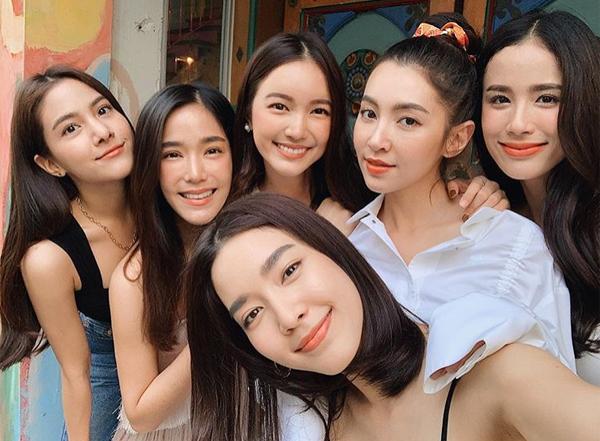 Không chỉ có nhan sắc đồng đều, cả 6 cô gái này cũng có chiều cao, vóc dáng tương đương, sự nghiệp nổi bật. Họ thu hút lượng người theo dõi lớn nhờ phong cách thời trang sành điệu, có sức ảnh hưởng với giới trẻ.