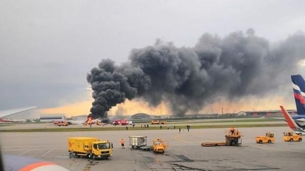 Máy bay bốc cháy tại sân bay Sheremetyevo, Nga.