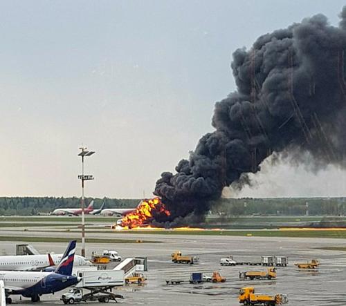 Máy bay  Superjet 100 bốc cháy ngùn ngụt khi hạ cánh trên đường băng.