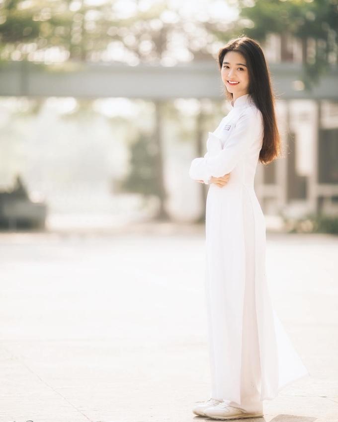 """<p> Mai Hà Hoàng Yến mang một vẻ đẹp trong sáng như một nàng thơ. Cô nàng dễ """"gây thương nhớ"""" bằng chính mái tóc thẳng và khuôn mặt mộc. Hoàng Yến đang là học sinh lớp 11A3 tại THPT Nguyễn Khuyến, Bình Duơng.</p>"""