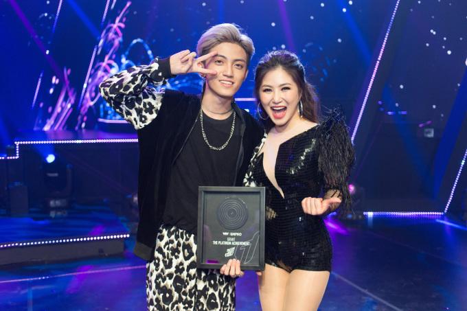 <p> 2018, Hương Tràm tiếp tục đảm nhận vai trò giám khảo cuộc thi The Debut. Cô đưa học trò Tùng Dương lên ngôi Quán quân. Bài hát <em>Duyên mình</em> <em>lỡ</em> do cô phát hành cũng nhanh chóng trở thành hit, được giới trẻ yêu thích.</p>