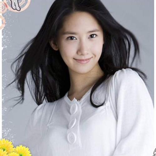 Yoon Ah xếp ở vị trí thứ ba trong BXH idol nữ. Cũng như Tae Yeon, Yoon Ah nổi tiếng nhất vào năm 2009, thời điểm SNSD phủ sóng khắp châu Á với những hit như Oh, Gee, Tell Me Your Wish... Sau 10 năm, cô nàng vẫn là một sao nữ duy trì được tên tuổi và phong độ nhan sắc, được nhiều thương hiệu, dự án phim ảnh săn đón.