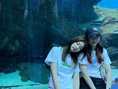 Ji Soo và Jennie có bức ảnh đầy tình cảm khi đi chơi chung. Cặp đôi JenSoo khiến fan phát cuồng vì quá lãng mạn.