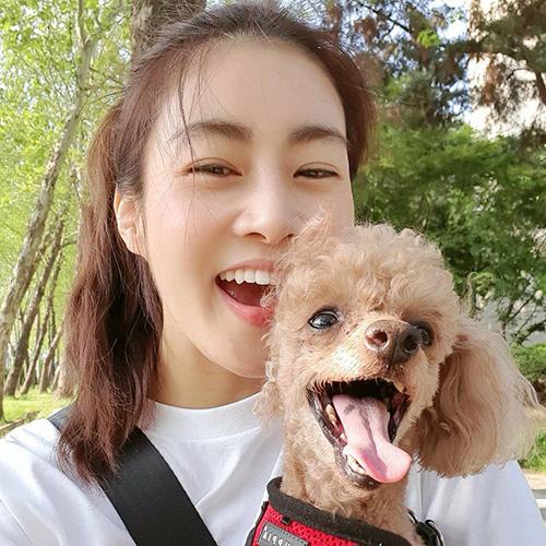 Thành viên Kang Sora tận hưởng khoảng thời gian thành thơi bên chú cún cưng.