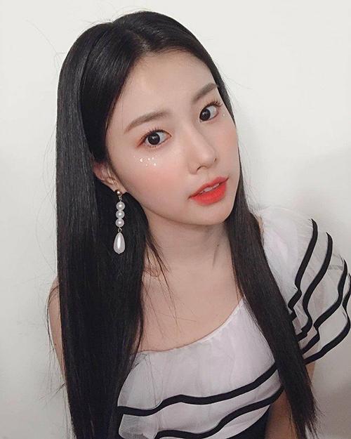 Cô nàng Hye Won (IZONE) xinh đẹp như Bạch Tuyết với mái tóc đen, son đỏ.