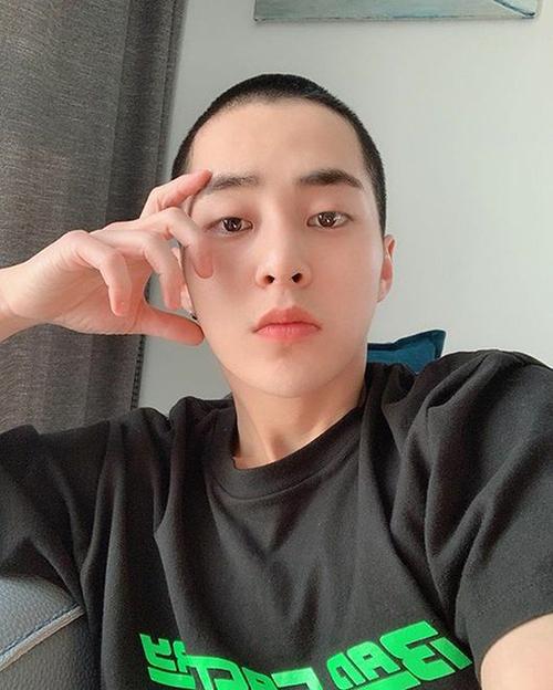 Xiu Min lần đầu khoe kiểu tóc ngắn mới cắt, thành viên EXO chuẩn bị nhập ngũ.