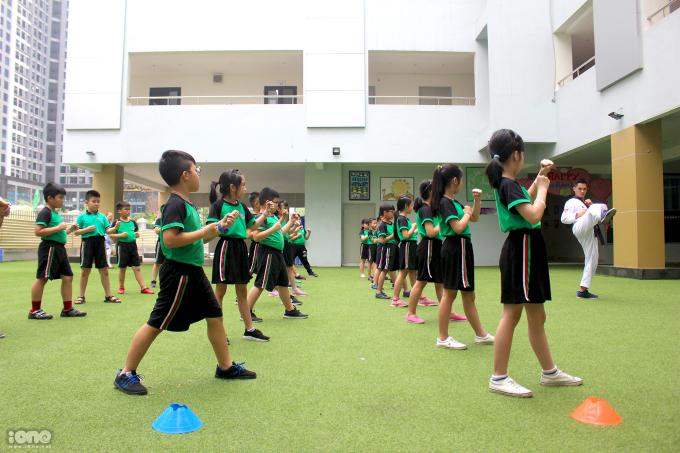 <p> Trước đây trường Newton cũng tổ chức các câu lạc bộ dạy võ ngoài giờ cho học sinh, tuy nhiên đây là lần đầu tiên họ đưa võ thuật trở thành một môn học chính.</p>