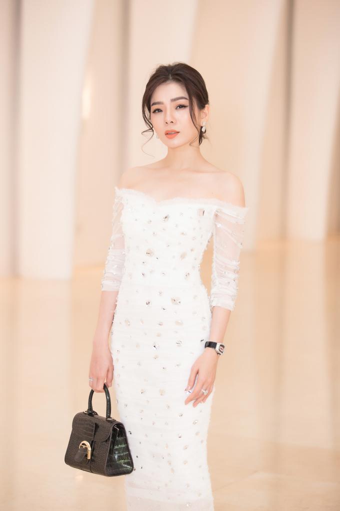 <p> Lệ Quyên diện váy trắng chất liệu mềm mại mix cùng tú xách, đồng hồ, nhẫn kim cương tiền tỷ.</p>