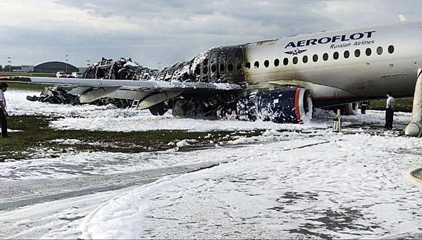 Đuôi máy bay bị nhấn chìm hoàn toàn trong ngọn lửa. Ảnh: AP