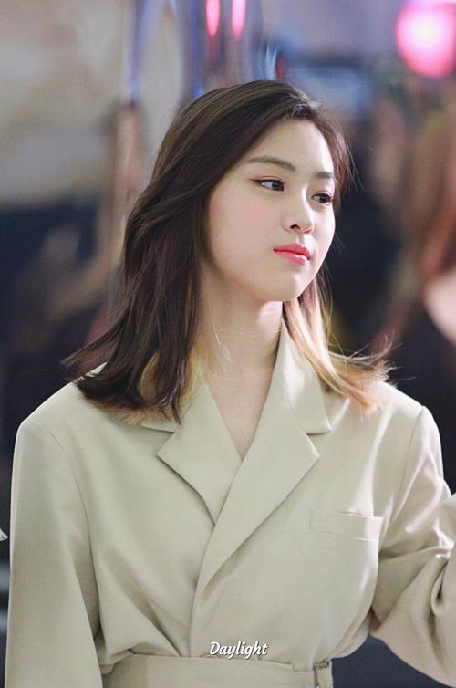 Tuy nhiên, phong cách trang điểm của Ryu Jin bị nhiều netizen phàn nàn. Fan cho rằng gương mặt cá tính của cô nàng không hợp với gam màu tươi sáng bánh bèo.