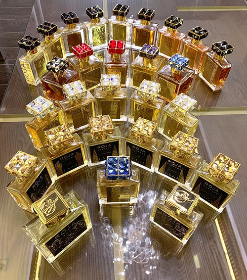 Trấn Thành vừa khoe trên trang cá nhânnhững chai nước hoa mà anh yêu thích nhất. Đây là 28 chai Roja - hãng dầu thơm đắt đỏ nhất thế giới, vớigiá mỗi chai là1.800 USD. Ước tính, nam MC đã phải bỏ ra hơn 1 tỷ đồng để sở hữu bộ sưu tập này.