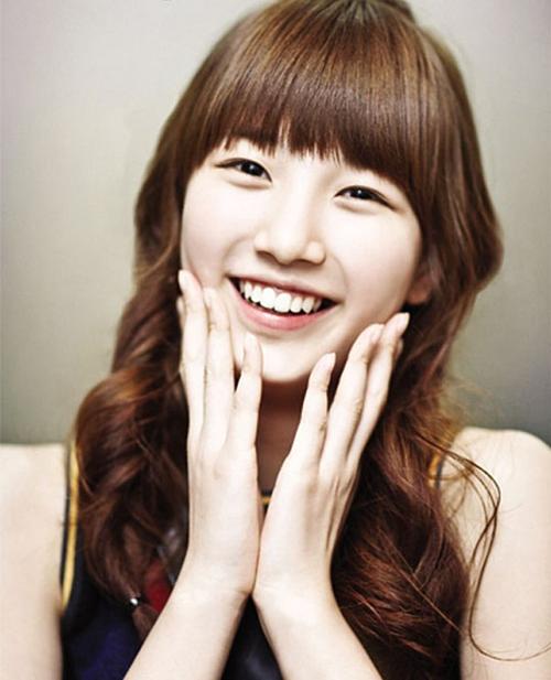 BXH không thể thiếu tên tuổi Suzy (cựu thành viên Miss A). Cô nàng xếp ở vị trí thứ tư. Theo netizen, Suzy bắt đầu nổi đình đám từ năm 2012 sau bộ phim Dream High. Hình tượng trong sáng của Suzy rất được lòng người hâm mộ Hàn Quốc. Cô được gọi là tình đầu quốc dân, danh hiệu mà từ năm 2012 đến nay vẫn chưa có mỹ nhân nào đủ sức thay thế.