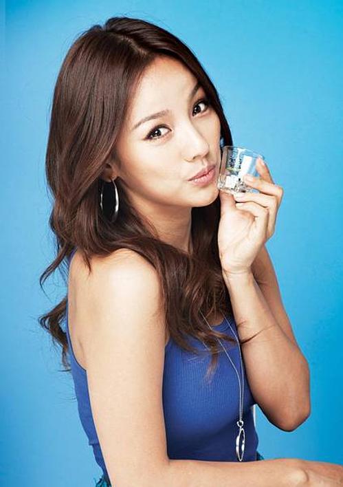 Về phía các idol nữ, Lee Hyo Ri (cựu thành viên Fin.K.L) được gọi tên ở vị trí số một. Danh tiếng của nữ hoàng sexy duy trì ở đỉnh cao từ những năm 1999-2010. Ở tuổi U40, Lee Hyo Ri vẫn chứng tỏ sức hút củanữ diva hàng đầu mà hiếm có hậu bối nào có thể theo kịp.