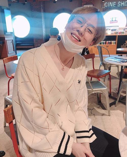 Yu Gyeom có hình tượng bạn trai khi để mặt mộc, đeo kính gọng tròn.