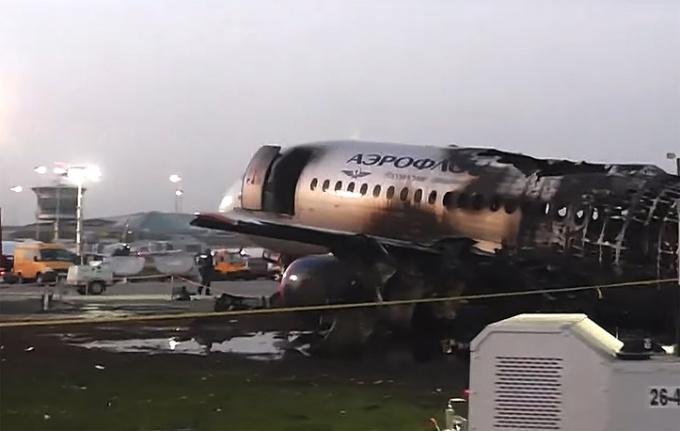 """<p> Hôm 5/5, máy bay Sukhoi Superjet SSJ-100 của hãng hàng không Aeroflot đã bốc cháy sau khi hạ cánh khẩn cấp xuống sân bay quốc tế Sheremetyevo, phía bắc thủ đô Moskva. Máy bay khởi hành từ Moskva dự kiến tới Murmansk thì gặp sự cố và phải xin quay đầu. Máy bay đã <a href=""""https://ione.net/tin-tuc/video/nhip-song/khoanh-khac-may-bay-nga-boc-chay-nhu-ngon-duoc-khien-41-nguoi-chet-3919028.html"""">bốc cháy</a> ngùn ngụt ngay sau khi tiếp đất, tạo thành quả cầu lửa. Vụ hỏa hoạn khiến 41<a href=""""https://ione.net/tin-tuc/nhip-song/hong/vu-may-bay-nga-boc-chay-hanh-khach-thoat-than-van-co-lay-hanh-ly-3919130.html""""> người chết </a>và 9 người khác được đưa đến bệnh viện.</p>"""