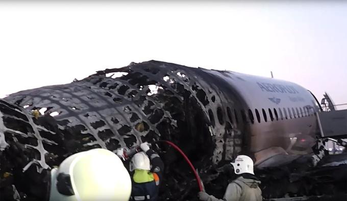 <p> Đuôi máy bay bị cháy rụi.</p>